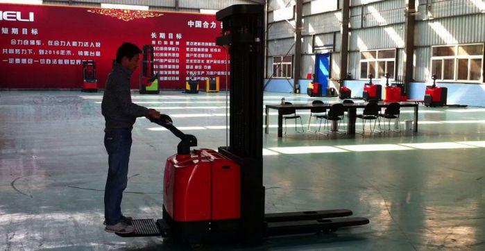 Xe nâng điện đứng lái CDD16 hoạt động trong kho xưởng