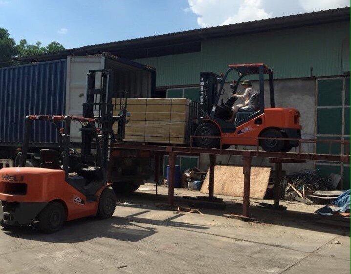 Xe nâng gỗ vào container