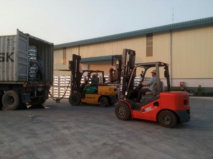 xe nâng heli nâng nhôm tại xưởng
